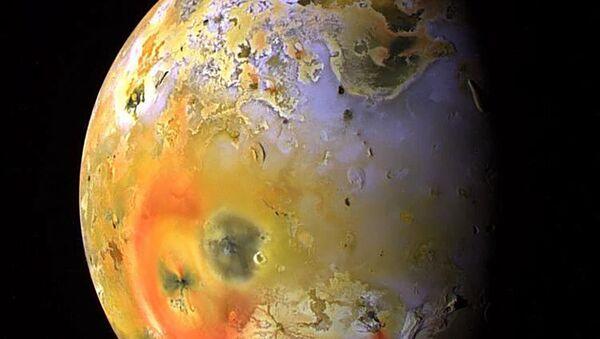 Widok na satelitę Jowisza Io z wulkanem Loki w lewym górnym rogu - Sputnik Polska