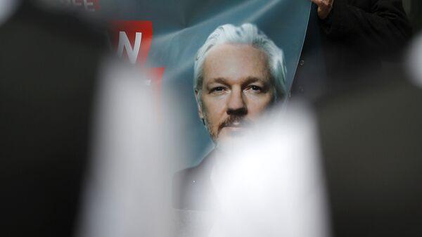 Plakat z podobizną założyciela WikiLeaks Juliana Assange'a - Sputnik Polska