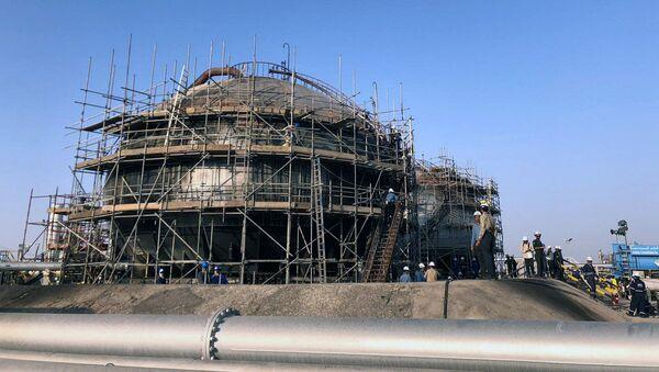 Uszkodzona rafineria ropy naftowej w Hurais, Arabia Saudyjska - Sputnik Polska