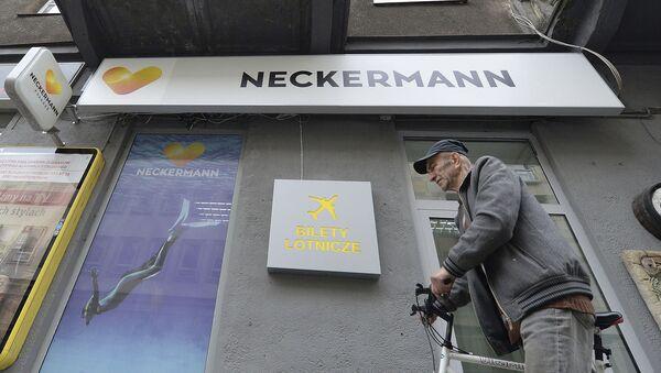 Mężczyzna przy budynku biura turystycznego Neckermann Polska - Sputnik Polska