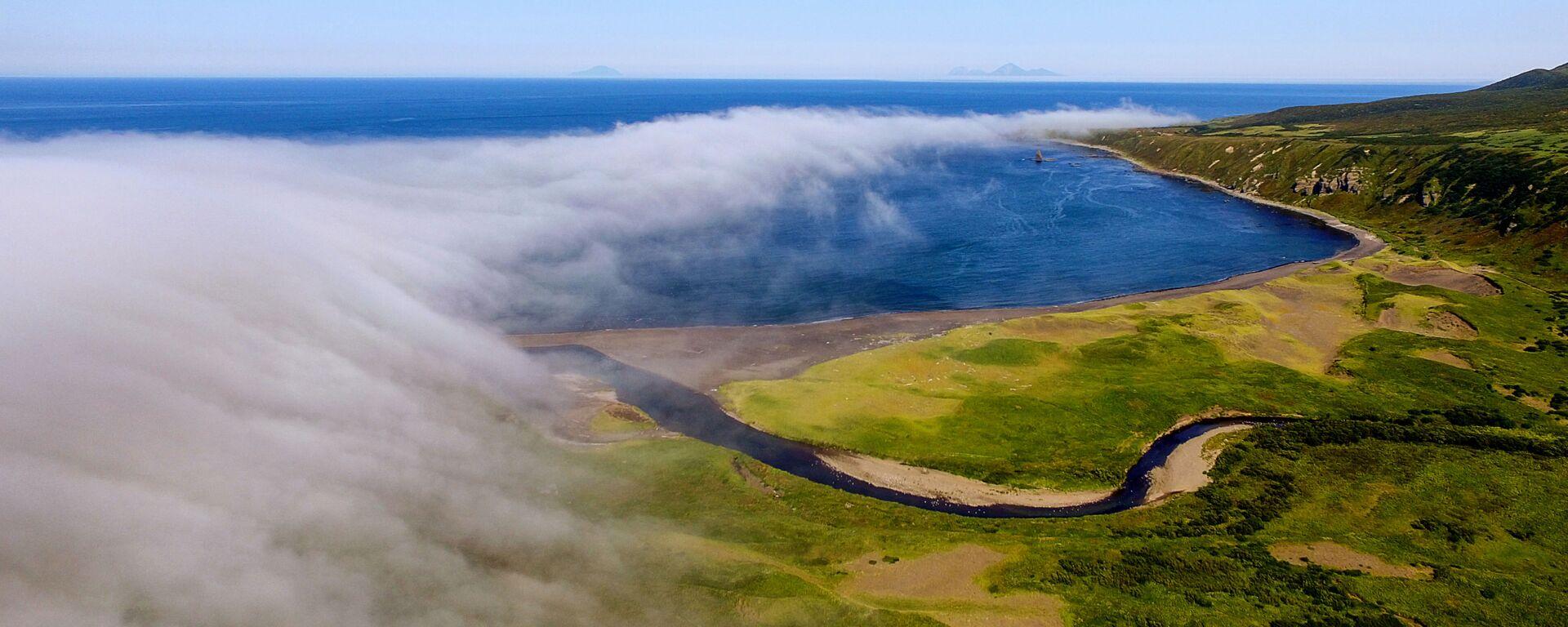 Zatoka Nowokurylska na wyspie Urup (wyspa południowej grupy Wielkiego Grzbietu Wysp Kurylskich) - Sputnik Polska, 1920, 27.04.2021