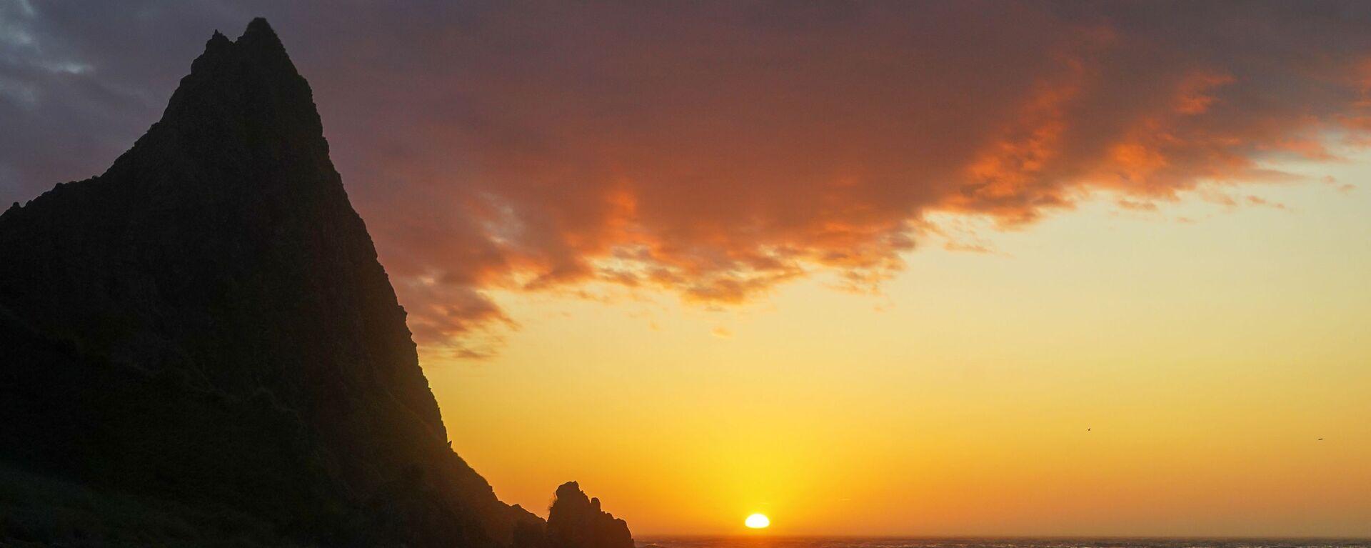 Zachód słońca na półwyspie Wasin na wyspie Urup (wyspa południowej grupy Wielkiego Grzbietu Wysp Kurylskich) - Sputnik Polska, 1920, 10.08.2020