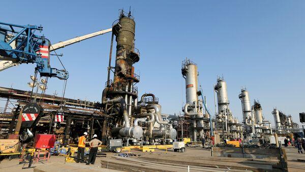 Uszkodzona instalacja naftowa w mieście Bukajk (Abqaiq). - Sputnik Polska