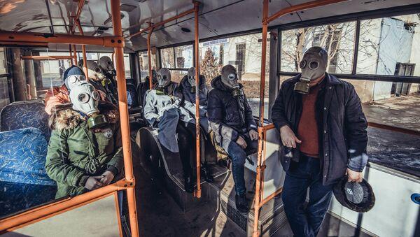 Ludzie w maskach przeciwgazowych - Sputnik Polska