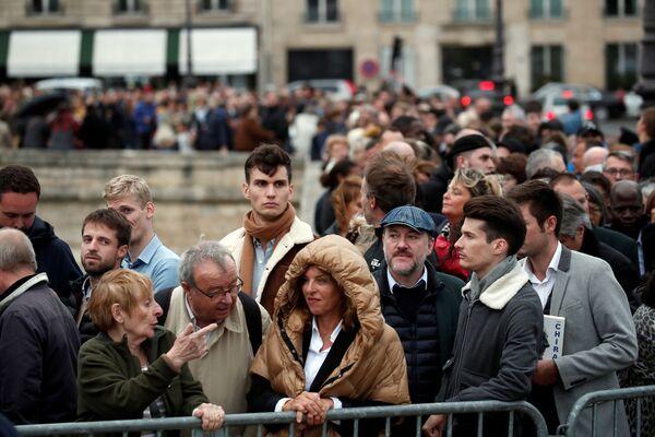 Ludzie stoją w kolejce, aby oddać hołd zmarłemu byłemu prezydentowi Francji - Sputnik Polska