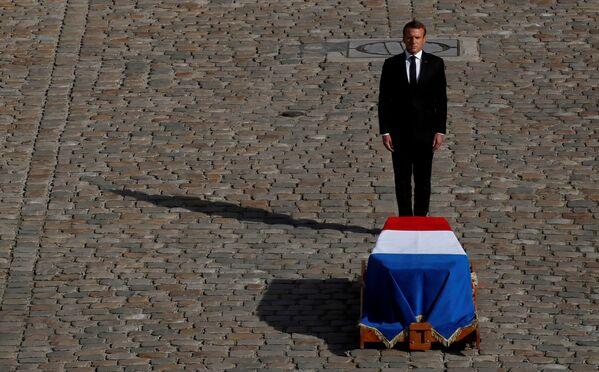 Prezydent Francji Emmanuel Macron przed trumną zmarłego Jacquesa Chiraca - Sputnik Polska