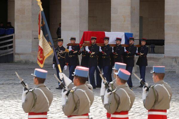Francuscy strażnicy republikańscy niosą trumnę z ciałem byłego prezydenta Francji Jacquesa Chiraca  - Sputnik Polska