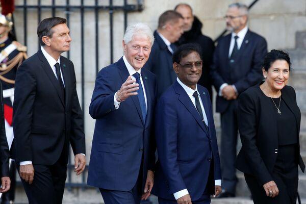 Były prezydent USA Bill Clinton przybył do kościoła na uroczystość pogrzebową Jacquesa Chiraca  - Sputnik Polska