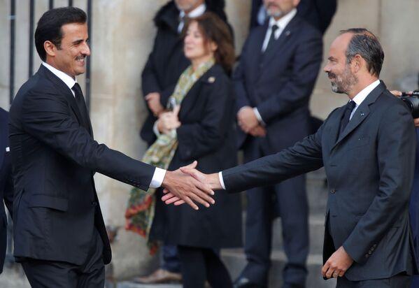 Francuski premier Edouard Philippe wita emira Tamima ibn Hamad Al Sani na uroczystościach pogrzebowych Jacquesa Chiraca - Sputnik Polska