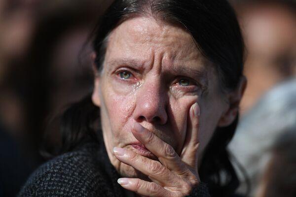 Kobieta przy kościele Saint-Sulpice, gdzie odbywa się ceremonia pogrzebowa byłego prezydenta Francji - Sputnik Polska