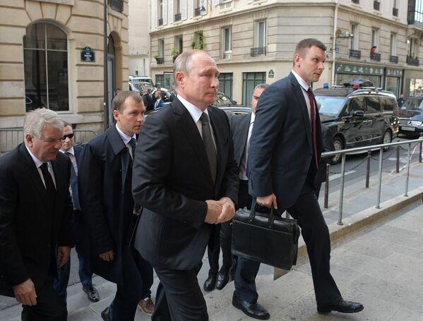 Władimir Putin przed ceremonią pogrzebową byłego prezydenta Francji Jacquesa Chiraca w kościele Saint-Sulpice - Sputnik Polska