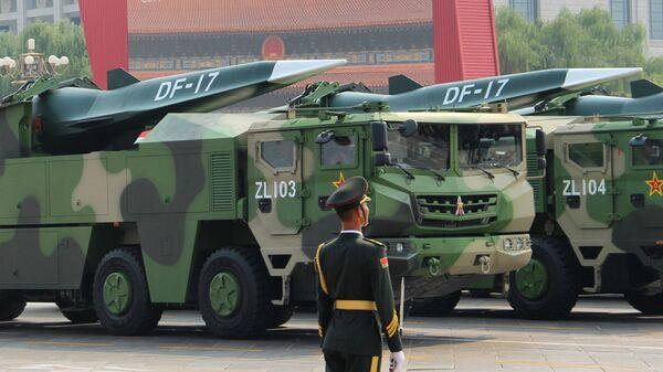 Rakiety balistyczne średniego zasięgu DF-17 na defiladzie w Chinach - Sputnik Polska