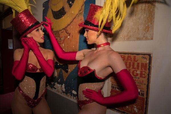 Tancerki Moulin Rouge przed wyjściem na scenę - Sputnik Polska