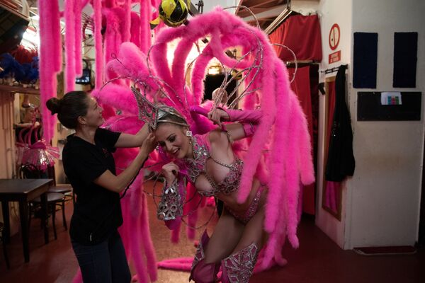 Tancerka Moulin Rouge przed wyjściem na scenę - Sputnik Polska