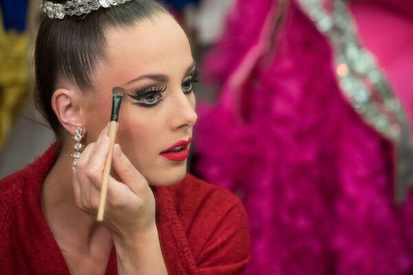 Tancerka Moulin Rouge przygotowuje się do wyjścia na scenę - Sputnik Polska