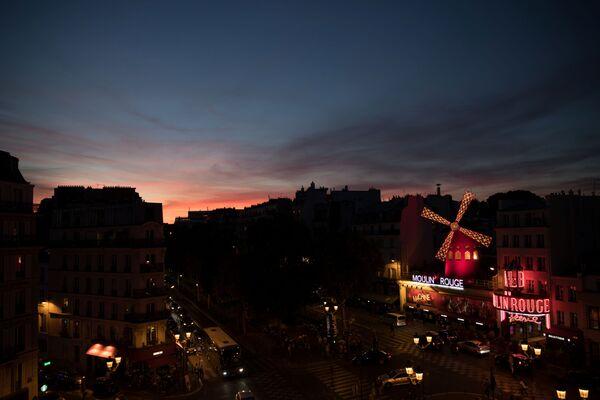 Budynek Moulin Rouge we Francji  - Sputnik Polska