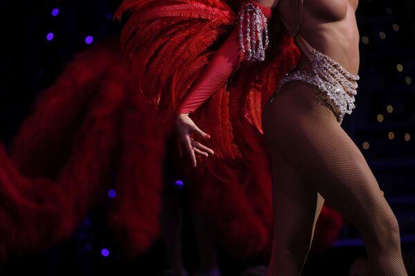 Tancerka Moulin Rouge podczas występu - Sputnik Polska