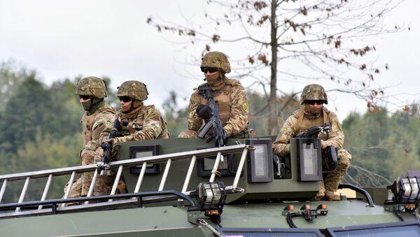 Żołnierze podczas międzynarodowych ćwiczeń wojskowych Rapid Trident-2019 na poligonie Jaworów w obwodzie lwowskim - Sputnik Polska