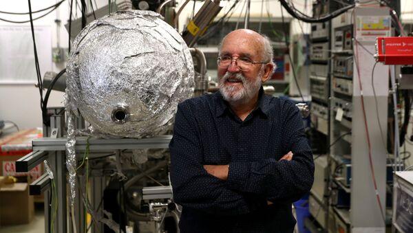 Laureat Nagrody Nobla 2019 w dziedzinie fizyki astronom Michel Mayor w laboratorium przed wykładem w Torrejón de Ardoz, niedaleko Madrytu - Sputnik Polska