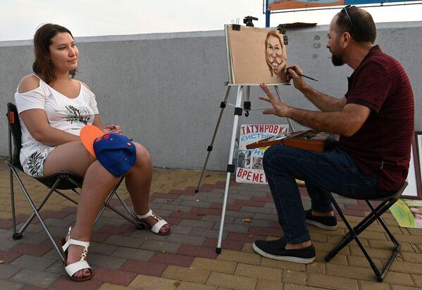 Artysta maluje portret na nasypie w Zatoce Niżhneimeretinskaja w Soczi - Sputnik Polska