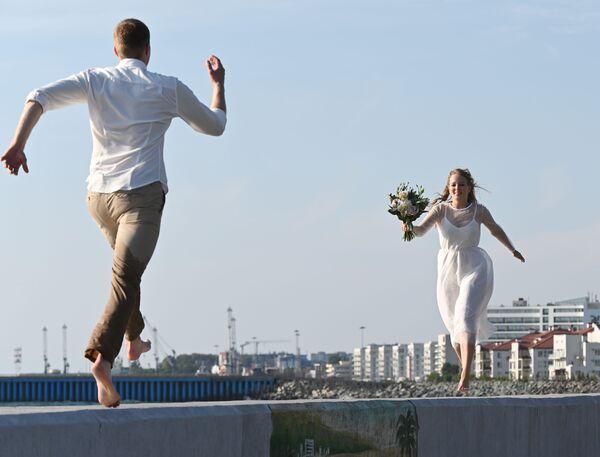 Nowożeńcy na skarpie w Soczi - Sputnik Polska