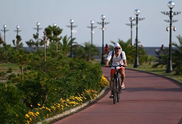 Rowerzysta na promenadzie w Soczi - Sputnik Polska