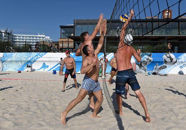 Urlopowicze grają w siatkówkę na plaży w Soczi - Sputnik Polska