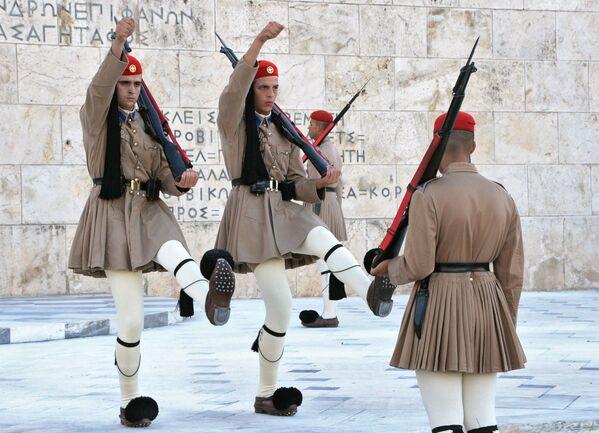Почетный караул эвзонов у могилы Неизвестного солдата на площади Синтагматос в Афинах - Sputnik Polska