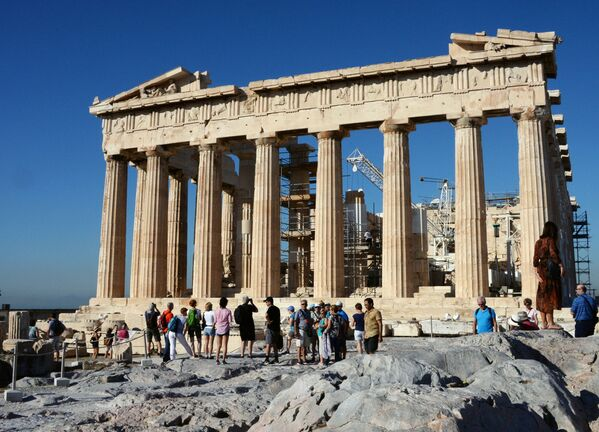 Turyści w pobliżu Partenonu w Akropolu - Sputnik Polska