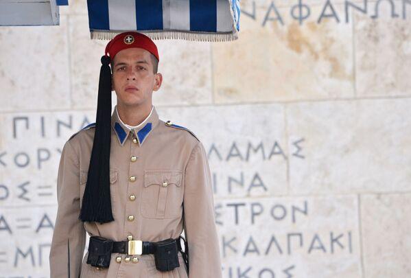 Honorowy strażnik przy grobie Nieznanego Żołnierza w Atenach  - Sputnik Polska