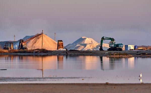 Wydobycie różowej soli na Krymie - Sputnik Polska