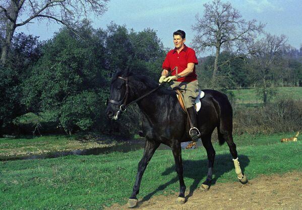 Gubernator Kalifornii Ronald Regan na koniu na swoim ranczo w pobliżu Auburn, 1968 rok  - Sputnik Polska