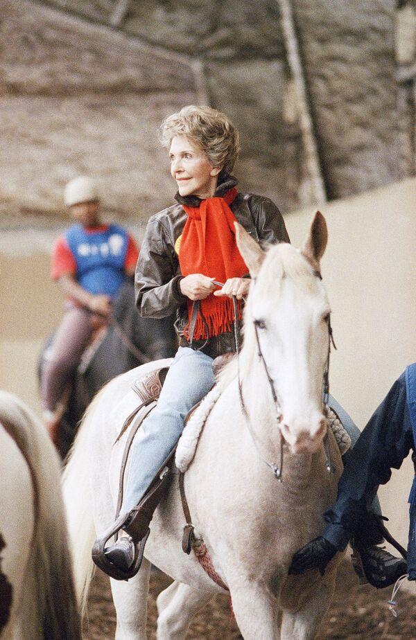Pierwsza dama Nancy Reagan na koniu podczas wizyty w terapeutycznym ośrodku jeździeckim w Waszyngtonie, 1987 rok - Sputnik Polska