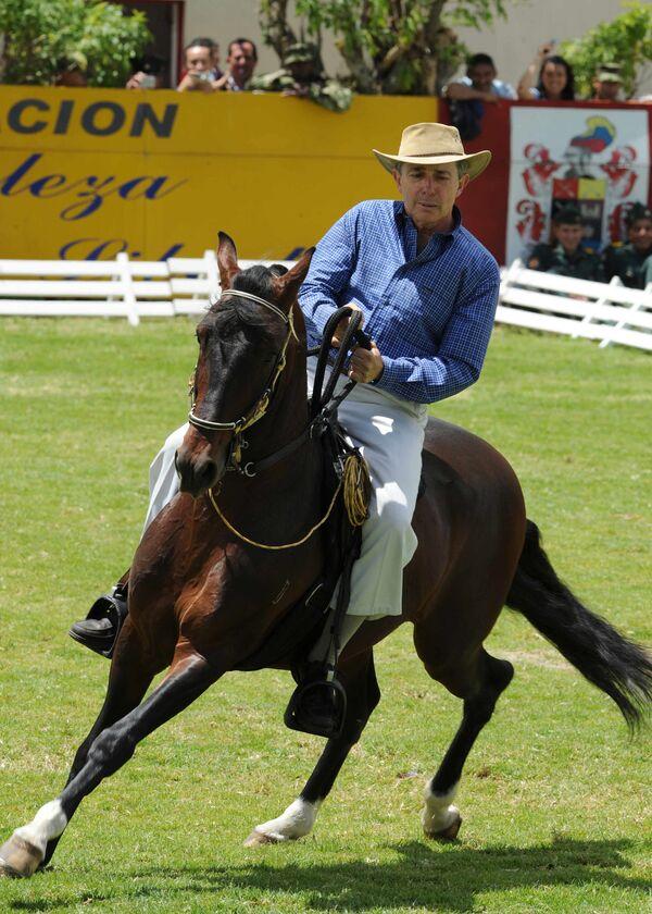 Prezydent Kolumbii Alvaro Uribe jeździ na koniu podczas obchodów rocznicy bitwy pod Bogotą - Sputnik Polska
