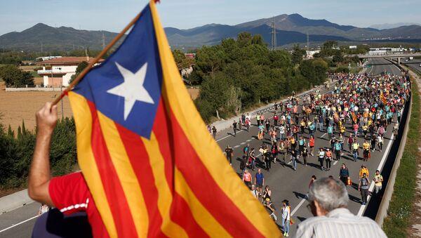 Tysiące protestujących rozpoczęło marsz na Barcelonę - Sputnik Polska