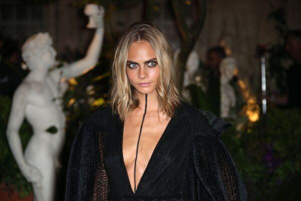 Modelka Cara Delevingne podczas pokazu mody Burberry Spring/Summer 2017 w Londynie  - Sputnik Polska