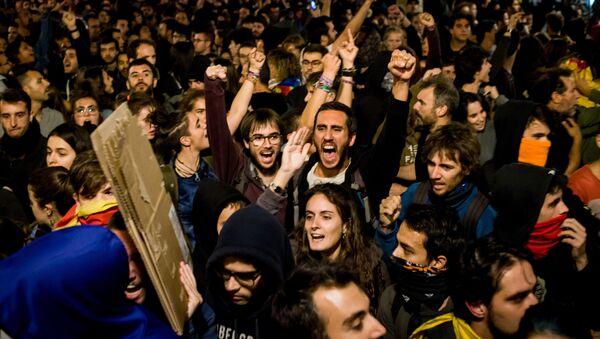 Uczestnicy akcji protestu na jednej z ulic Barcelony - Sputnik Polska