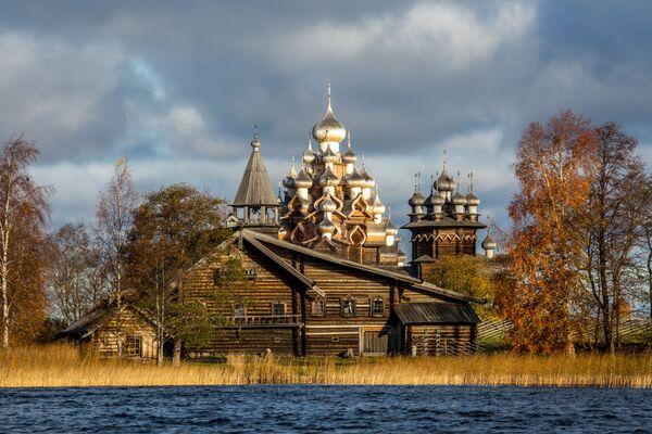 Świątynia na terenie Państwowego Muzeum Historyczno-Architektonicznego w Kiży, Karelia - Sputnik Polska