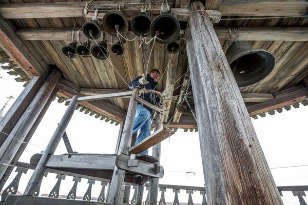 Dzwonnik Igor Hutter przy dzwonnicy w Kiży - Sputnik Polska
