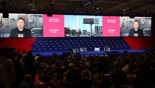 """Telemost z Elonem Muskiem na forum biznesowym """"W rękach małych!"""" w Krasnodarze. - Sputnik Polska"""
