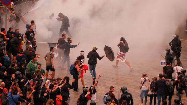 Starcia protestujących z policją w Barcelonie. - Sputnik Polska