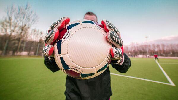 Mężczyzna z piłką nożną - Sputnik Polska