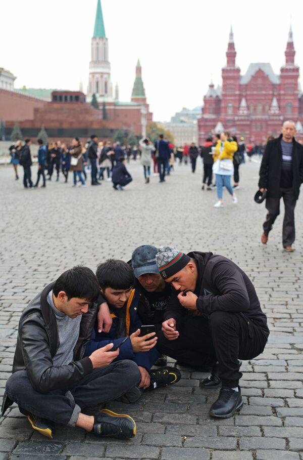 Zagraniczni turyści na Placu Czerwonym w Moskwie   - Sputnik Polska