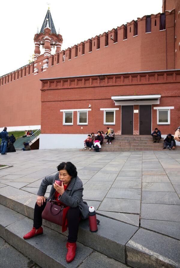 Zagraniczna turystka na Placu Czerwonym w Moskwie   - Sputnik Polska