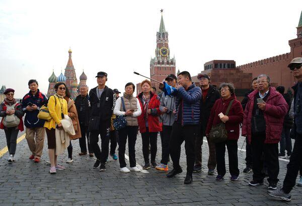 Grupa zagranicznych turystów na Placu Czerwonym w Moskwie   - Sputnik Polska