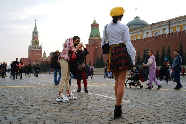 Zagraniczne turystki fotografują się na Placu Czerwonym w Moskwie   - Sputnik Polska