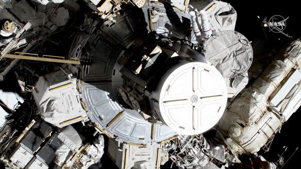 Astronautki Christina Koch i Jessica Meir wychodzą na zewnątrz MSK  - Sputnik Polska