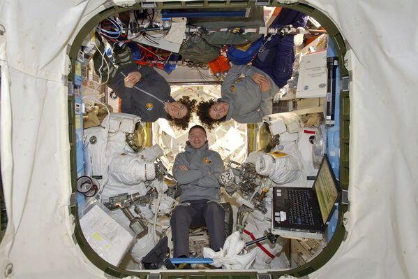 Astronauci NASA Andrew Morgan, Christina Koch i Jessica Meir na MSK  - Sputnik Polska