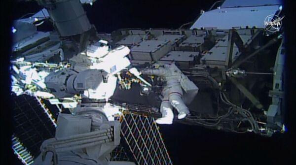 Astronautka Jessica Meir wychodzi poza MSK  - Sputnik Polska