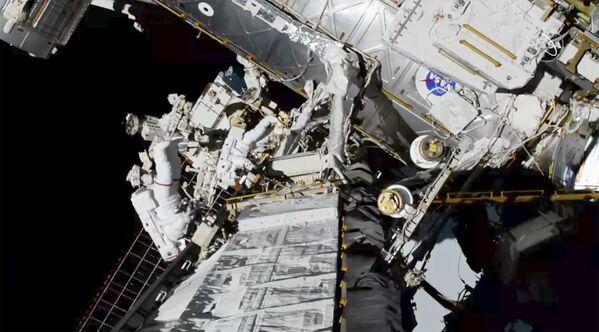 Astronautki Christina Koch i Jessica Meir na zewnątrz MSK - Sputnik Polska